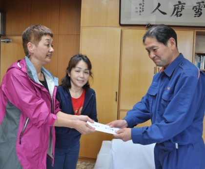 笠井会長、被災地熊本を訪問、益城町長に義援金手渡す