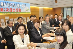 Shinfujin Submits Petition Signatures of the War Laws and the Henoko Base Construction to the Diet