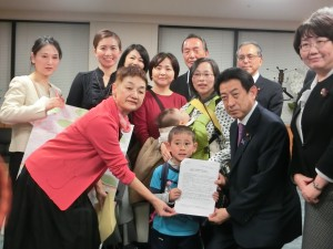 Shinfujin Petitions Health Minister to Create a National Free Medical Program for Children.