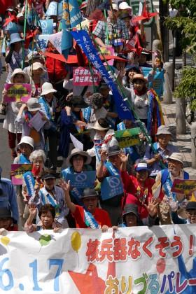 被爆者を先頭に、おりづるをもって東京・新宿をパレード