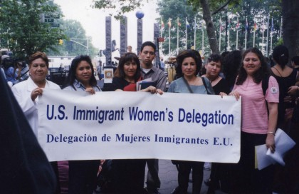 デモンストレーションする移民の女性たち (2日、NGO歓迎集会)