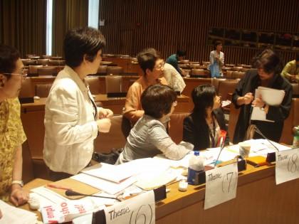 CEDAWのNGO主催の説明会で、新婦人をはじめ婦団連のメンバーに質問するデ・ラ・ベガさん