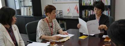 女性地方議員アンケート結果で、男女共同参画局長と懇談