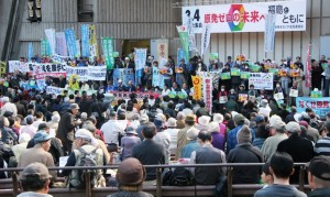 集会フィナーレでは福島からの参加者180人が壇上、舞台前でアピール。