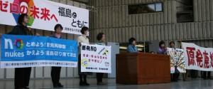 福島から参加した新婦人の会員が壇上でスピーチ